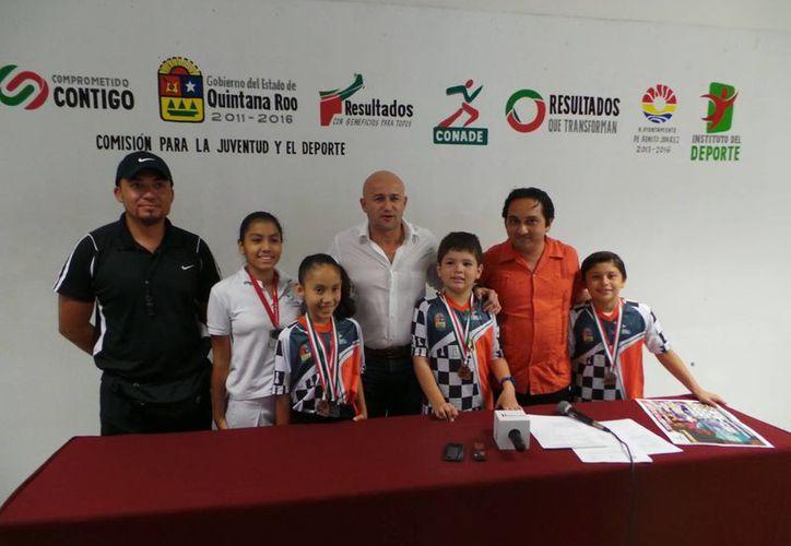 El entrenador y los jóvenes que ganaron medallas de bronce y plata en los Juegos Deportivos Escolares. (Redacción/SIPSE)
