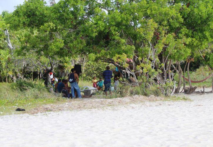 Las personas lavan su ropa en un cenote de Punta Esmeralda. (Foto: Octavio Martínez)
