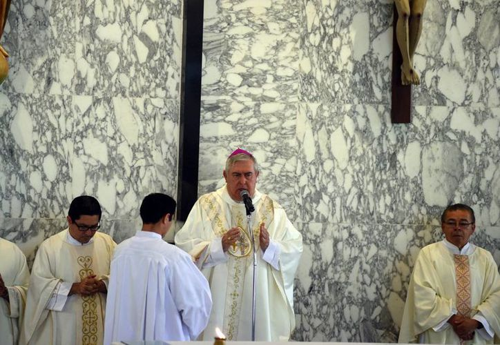 El Monseñor Álvaro García Aguilar lleva 25 años de la iglesia María Inmaculada en la Campestre. En la imagen, el Arzobispo de Yucatán en la misa de celebración. (Milenio Novedades)
