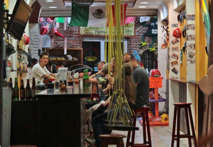 Los establecimientos con interés en vender cervezas, vinos y licores después del horario permitido, tienen que gestionar un permiso especial ante el área de Fiscalización de la Tesorería municipal. (Gustavo Villegas/SIPSE)