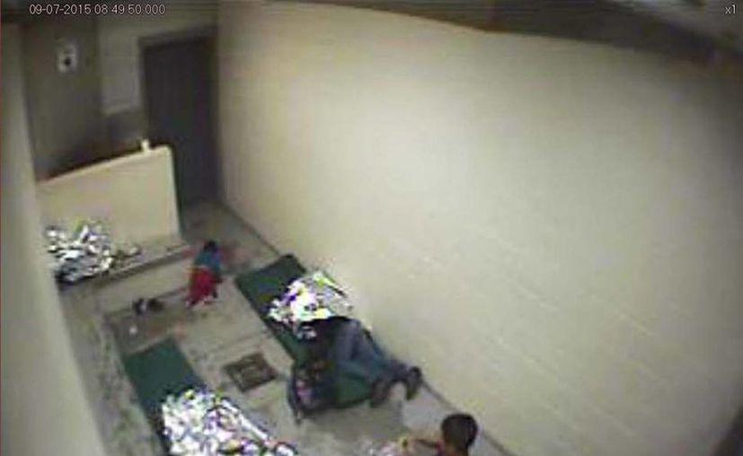 Imagen de septiembre de 2015 tomada del video de una cámara de vigilancia que muestra un niño gateando y a una mujer y otro niño, en la estación de la Oficina de Aduanas y Protección Fronteriza de EU. (Foto: Patrulla Fronteriza de EU vía AP)