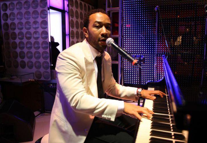 El músico de R&B, interpretó algunos de sus éxitos en la estación de Reino Unido (Contexto/Internet)