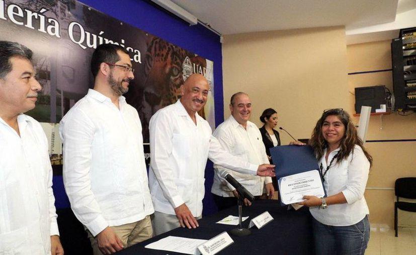 Los académicos de la Uady recibieron los reconocimientos y apoyos de manos del rector José de Jesús Williams. (Milenio Novedades)