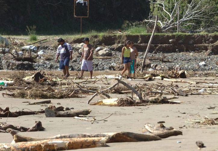 El huracán Patricia no causó tragedias en México gracias en parte a la labor preventiva de autoridades. En la foto, labores de limpieza en Cihuatlán, Jalisco. (Notimex)