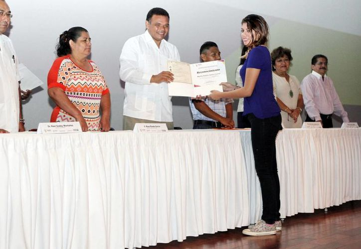 El Gobernador de Yucatán entregó las constancias a los estudiantes y anunció una ampliación de la cruzada de alfabetización. (Milenio Novedades)