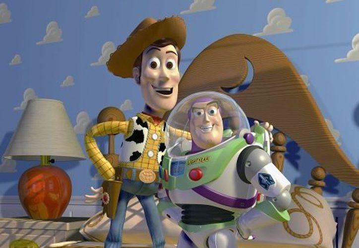 La primera película de Toy Story fue adaptada por dos jóvenes. En la imagen Woody y Buzz Lightyear. (Agencias)