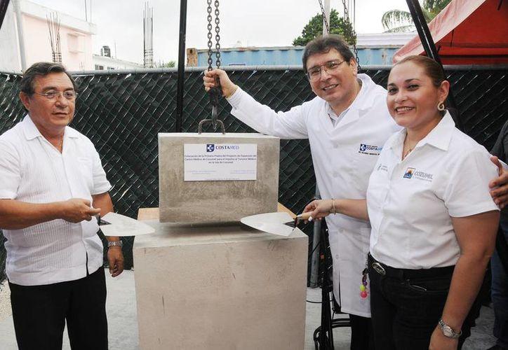 Ayer se colocó la primera piedra de una nueva ala del Centro Médico Cozumel.  (Redacción/SIPSE)