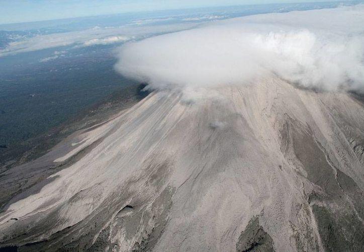 El Volcán de Colima amaneció 'activo' y lanzó una densa columna de humo que superó los dos kilómetros de altura. La imagen es de archivo. (NTX)