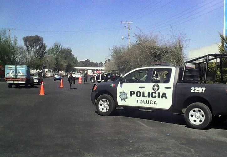 La procuraduría estatal informó del hallazgo de los cuerpos maniatados de tres mujeres y un hombre en un domicilio de Toluca. Imagen de contexto de un retén de la policía en la ciudad. (@PoliciaToluca)