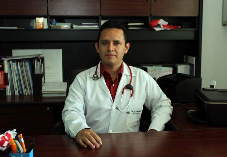 """El doctor Eric Gutiérrez Juárez, aborda en su libro """"Vida en blanco"""", de manera concisa y didáctica pero sobre todo humana, el cáncer de sangre en niños (leucemia). (Cortesía)"""