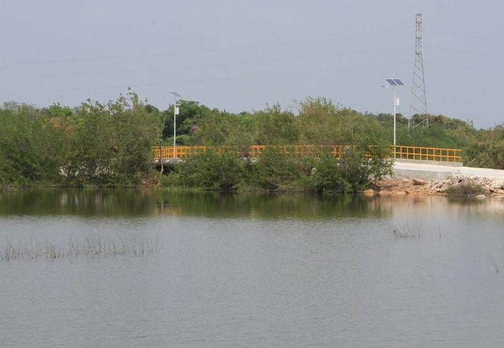 El puente hace que el agua corra sin problema y evita dejar incomunicada a la población del asentamiento irregular. (Ángel Castilla/SIPSE)