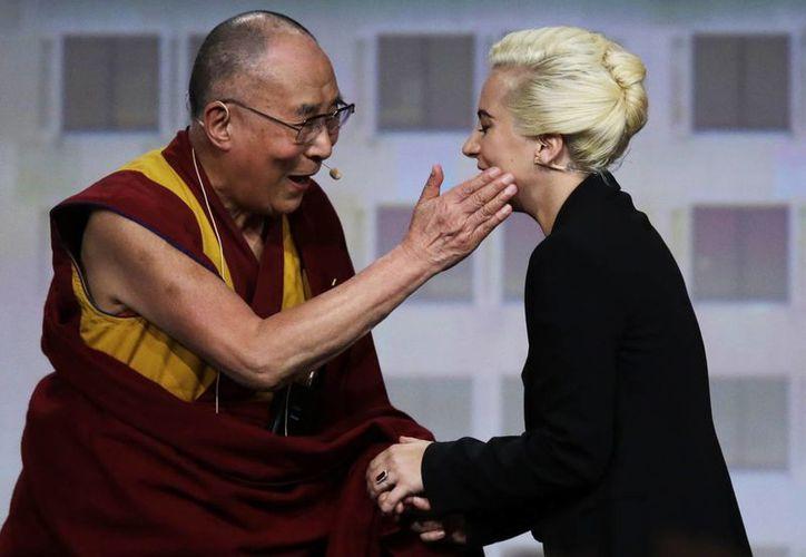 El Dalai Lama y Lady Gaga participaron en la Conferencia de Alcaldes de Estados Unidos, en su edición número 48. (AP)