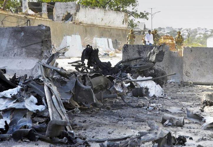 Oficiales de seguridad somalíes caminan en el lugar donde se produjo un ataque contra el complejo del palacio presidencial del Gobierno, en Mogadiscio, Somalia. (EFE)