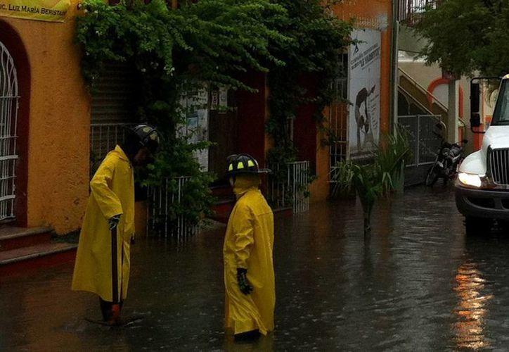 Las lluvias han ocasionado encharcamientos  en la ciudad; se recomienda a la población extremar precauciones. (Redacción/SIPSE)