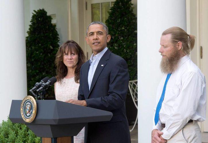 Obama habla ante la prensa mientras es observado por los padres del sargento Bowe Bergdahl, Jani Bergdahl y Bob Bergdahl. (EFE)