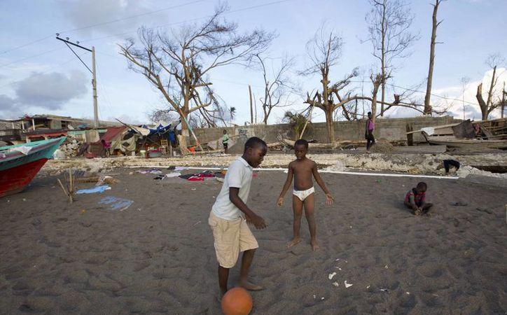 Niños juegan en una calle de Dame-Marie, Haiti, que evidencia el paso del huracán Matthew, el 10 de octubre de 2016. El Presidente de Haití advirtió de que el país corre el riesgo de sufrir una hambruna si la situación de emergencia no se maneja de forma adecuada. (AP Photo/Dieu Nalio Chery)