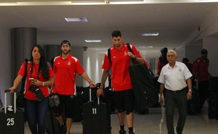 La Selección Mexicana de Básquetbol a su llegada al aeropuerto de Mérida la tarde de este martes. (Marco Moreno/ Milenio Novedades)