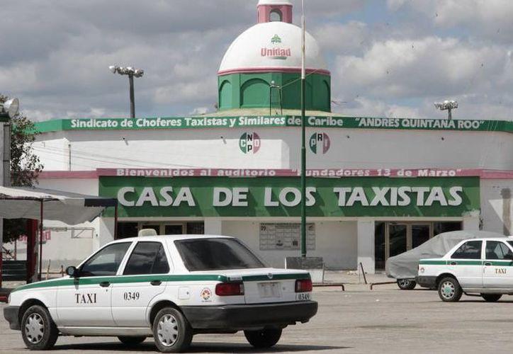 Los 17 sindicatos de taxistas del Estado entregaron su propuesta a la Ley de Movilidad. (Foto: SIPSE)