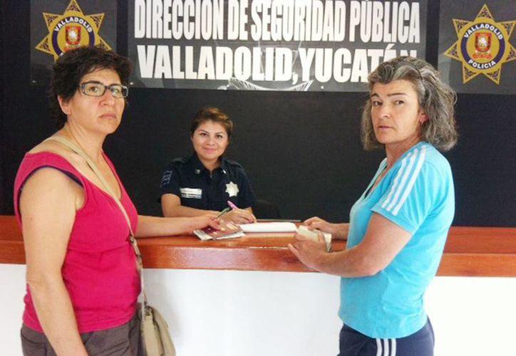 Las francesas Isabelle Bagdassarian y Elliete Charlotte entregaron las pertenencias con el dinero a las autoridades vallisoletanas.     (Milenio Novedades)