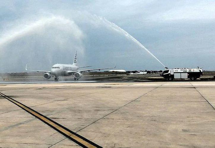 Llegada de un avión procedente de Dallas, Texas, al Aeropuerto Internacional de Mérida. Este jueves se inauguró la ruta comercial. (Foto: José Acosta/Milenio Novedades)