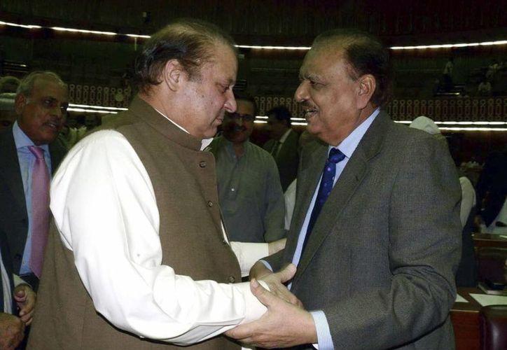 El primer ministro paquistaní, Nawaz Sharif (i) saluda al presidente electo Manmún Husein en Islamabad. (EFE)