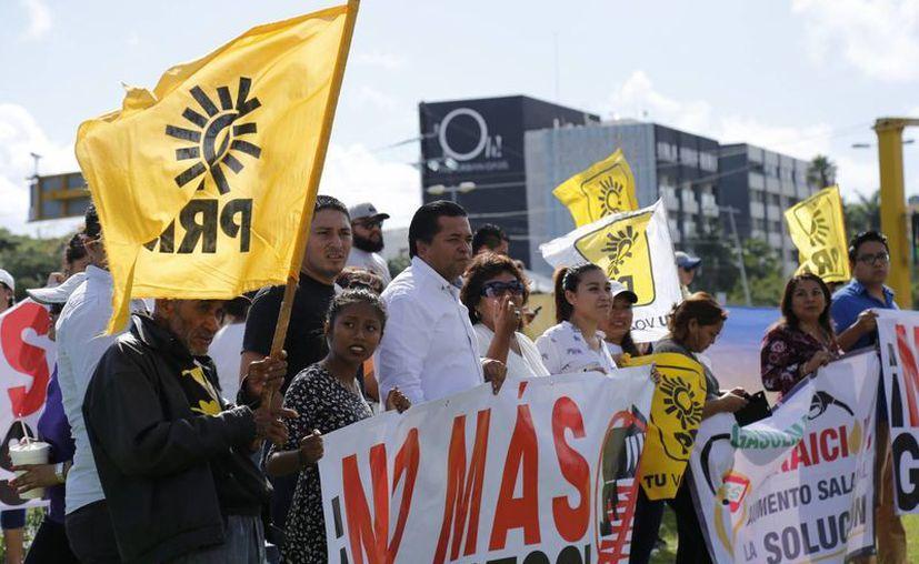 También protestaron simpatizantes del PRD contra el incremento al precio del combustible. (Jesús Tijerina/SIPSE)