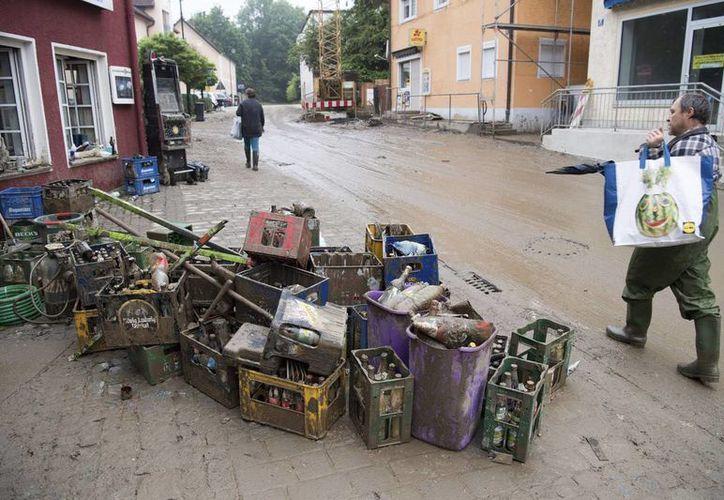 Fuerte temporal en Alemania deja severos daños. En la imagen, una carretera cubierta de escombros tras las inundaciones en la localidad de Simbach. (EFE)