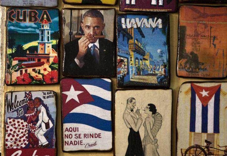 Imanes para la venta decorar una tienda para turistas, uno que muestra una imagen del presidente estadounidense, Barack Obama oler un cigarro, en un mercado en La Habana, Cuba. (Agencias)