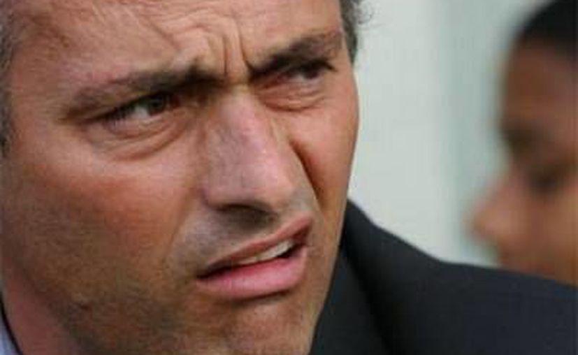 Mourinho 'le hizo el feo' al Rey Juan Carlos en la Copa del Rey. (Foto: Agencias)