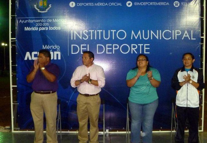 Autoridades municipales y deportivas encabezaron el inicio del torneo. (SIPSE)