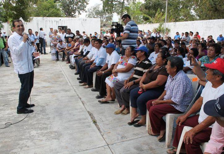Ernesto Cordero, aspirante a la dirigencia nacional del PAN, durante una de las actividades que realizó el miércoles en Yucatán. (Cortesía)