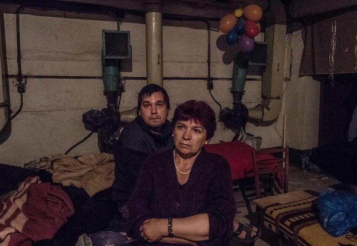 Los frecuentes ataques del ejercito ucraniano ha provocado que los   habitantes de Petrovskiy utilicen los búnkers como refugios. (Notimex)
