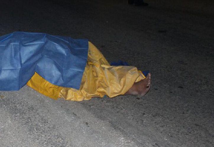 Un sujeto que viajaba sobre la autopista El Tintal - Playa del Carmen perdió la vida al derrapar en su moto. (Redacción/SIPSE).