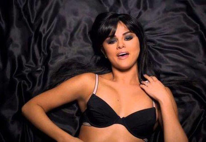 Así luce la cantante Selena Gómez en su nuevo videoclip <i>Hands To Myself</i>, tercer sencillo de su nuevo álbum <i>Revival</i> (Imagen tomada de Twitter: @selenagomez)
