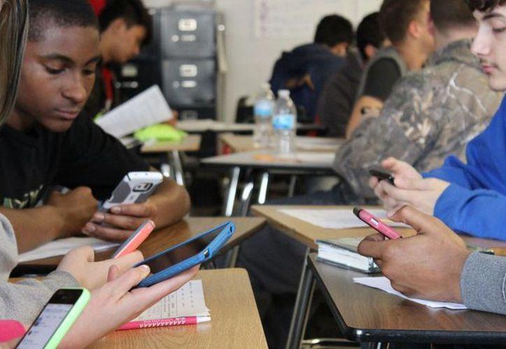 El reglamento permitirá a escolares usar el celular en los colegios para realizar llamadas de emergencia. (Foto: Duna)