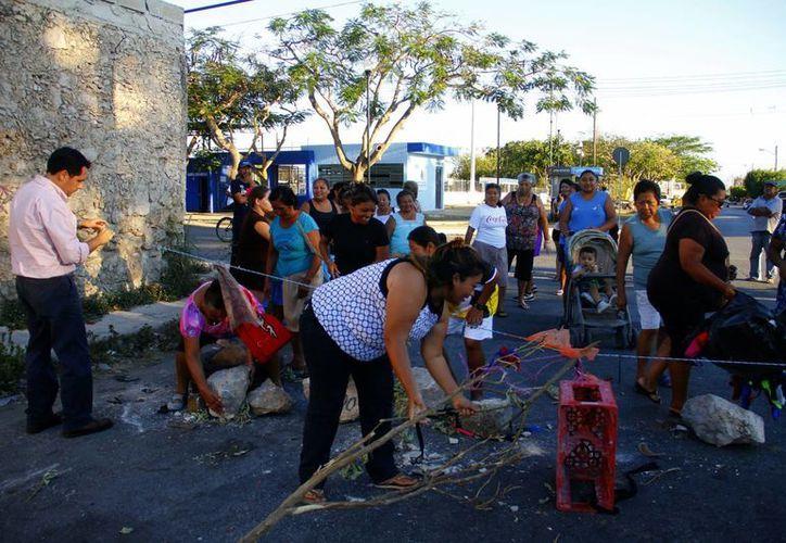 Los vecinos retiraron los obstáculos con que cerraron las calles. (Juan Carlos Albornoz/SIPSE)