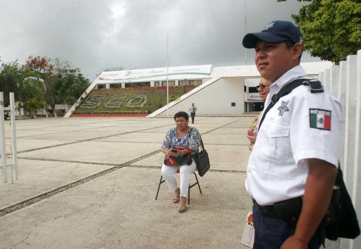 Una mujer desobedeció las instrucciones de los policías, en señal de protesta por un aparente adeudo. (Harold Alcocer/SIPSE)