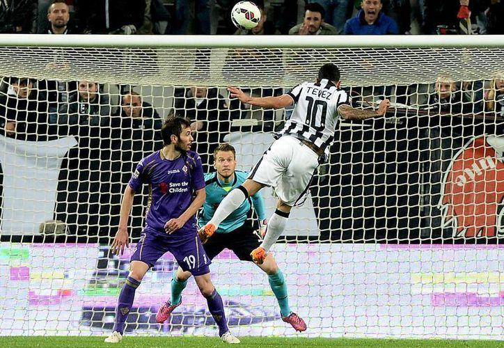 El argentino Carlos Tevez, uno de los mejores jugadores en la Liga Italiana, anotó un doblete en la victoria de Juventus por 3-2 sobre Fiorentina. (Foto: AP)