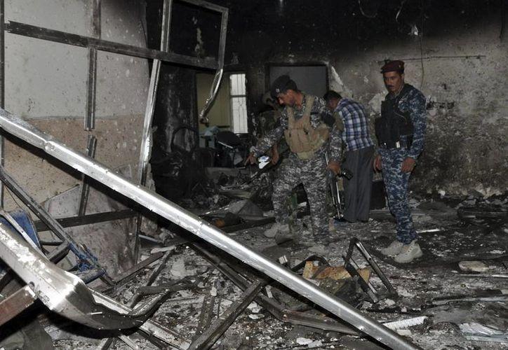 Miembros de las fuerzas de seguridad revisan lo que queda de una estación de electricidad que fue destruida tras un ataque. (Archivo/EFE)