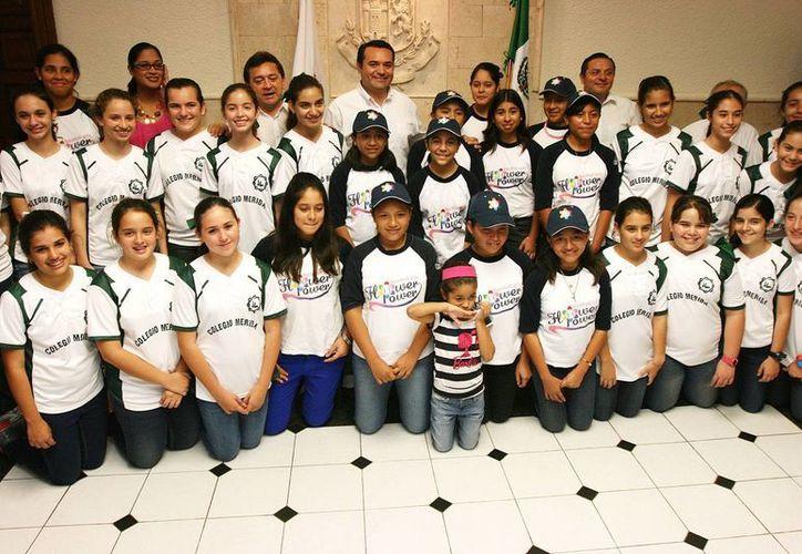 El alcalde Renán Barrera Concha recibió a las representantes de los equipos yucatecos. (SIPSE)