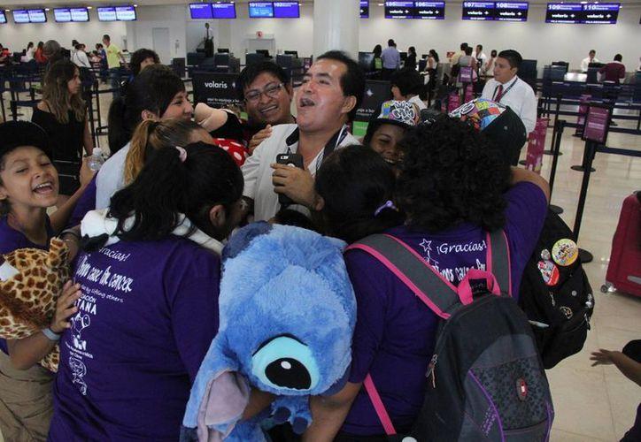 Nueve infantes de la fundación fueron recibidos ayer en el aeropuerto. (Consuelo Javier/SIPSE)