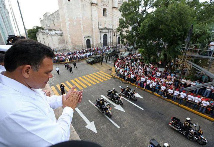 El gobernador Rolando Zapata encabezó ayer el desfile del 16 de Septiembre, en Mérida. (Cortesía)