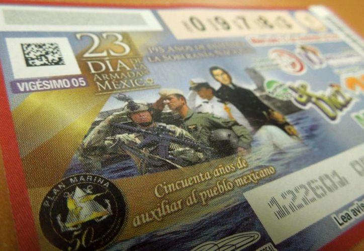 Foto de un 'cachito' del Sorteo 125 de 10 mdp con el que la Lotería Nacional rinde homenaje a la Armada de México. (Christian Coquet/Sipse.com)