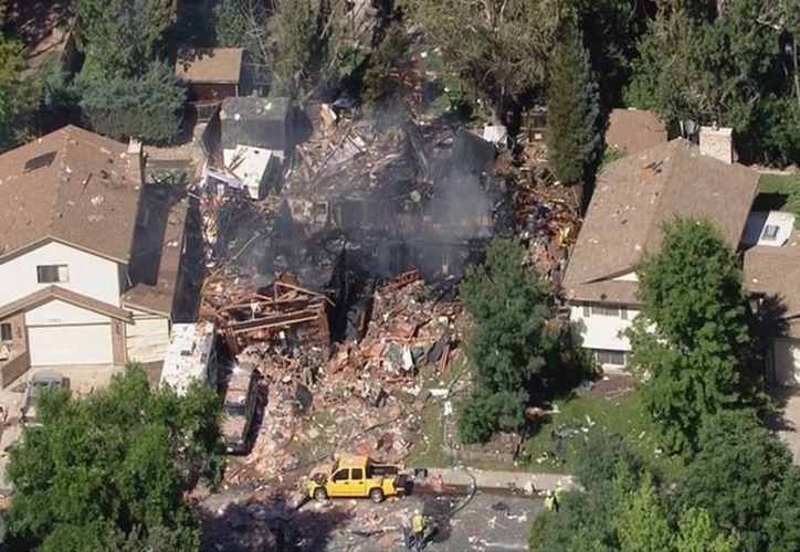 Imagen de la casa que aún quedaba en pie así como escombros esparcidos en vehículos y viviendas al menos a una cuadra a la redonda. (twitter.com/CBSDenver)