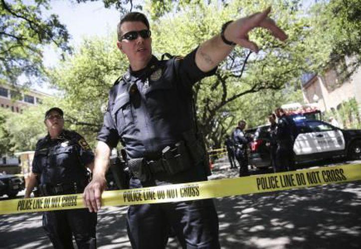 Elementos policíacos lograron detener a un estudiante luego de que una persona muriera acuchillada en la Universidad de Texas, hoy. (El Financiero)