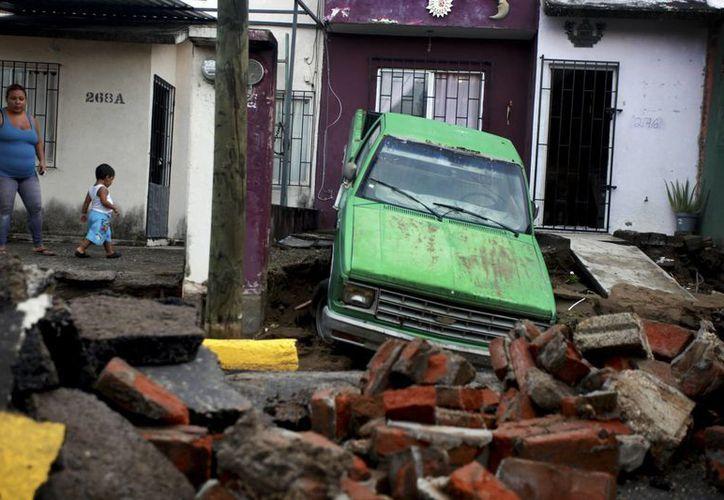 Una mujer observa los daños causados por las lluvias que dejó la tormenta tropical 'Dolly' en el puerto de Veracruz, ayer martes. (Foto: AP/Félix Márquez)