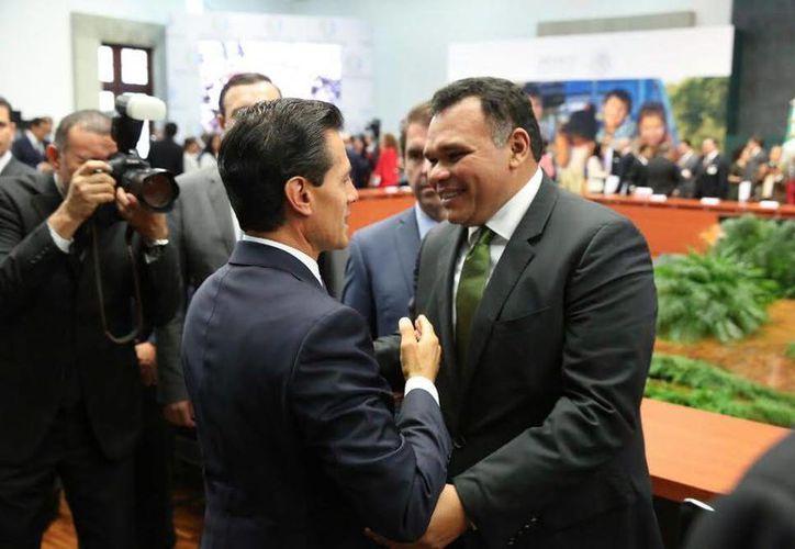 El gobernador yucateco Rolando Zapata Bello con el presidente Enrique Peña durante la la presentación del programa 25 al 25, en favor de la niñez y la adolescencia mexicana. (Fotos cortesía del Gobierno estatal)
