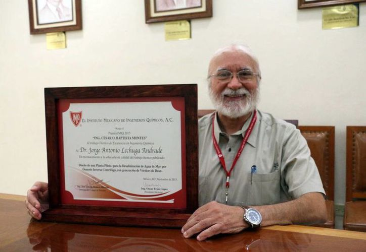 El académico de la Uady, Jorge Lechuga Andrade con su reconocimiento del Instituto Mexicano de Ingenieros Químicos; plan para desalinizar agua de mar. (Milenio Novedades)