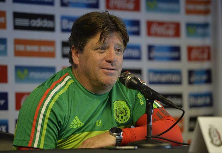 En conferencia de prensa, luego del entrenamiento del equipo, el técnico de la Selección Mexicana, Miguel Herrera dio a conocer la alineación titular con la que enfrentará a su similar de Costa Rica el próximo sábado. (Notimex)
