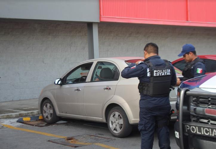 Dos menores encerrados en un automóvil, a las afueras de un supermercado, causaron alerta entre quienes pasaban por el lugar. (Redacción/SIPSE)